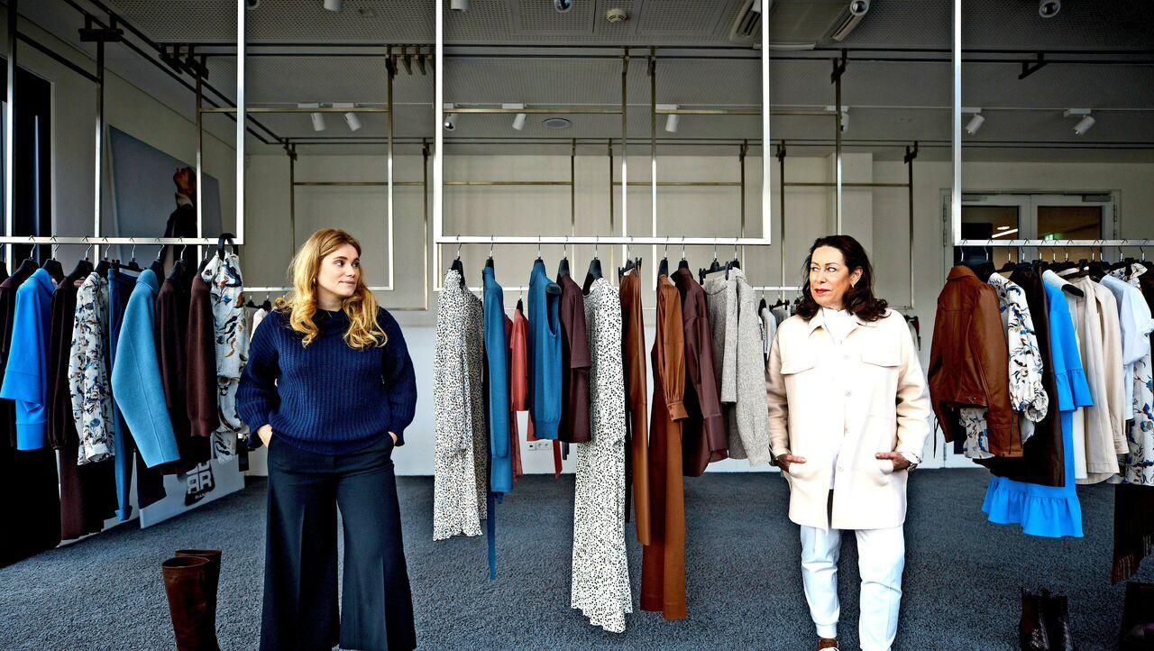 Mona (links) und Martina Buckenmaier mit der Herbst- und Winterkollektion