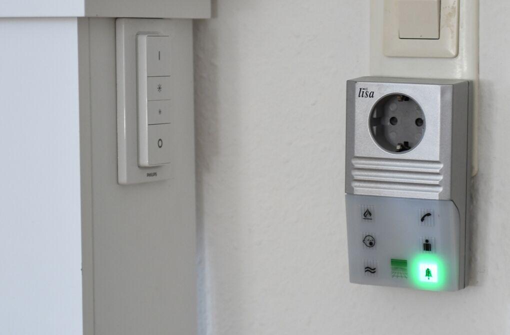 Diese sogenannte Lichtsignalanlage sendet Lichtblitze, wenn beispielsweise jemand an der Tür läutet, das Telefon klingelt oder das Baby schreit.