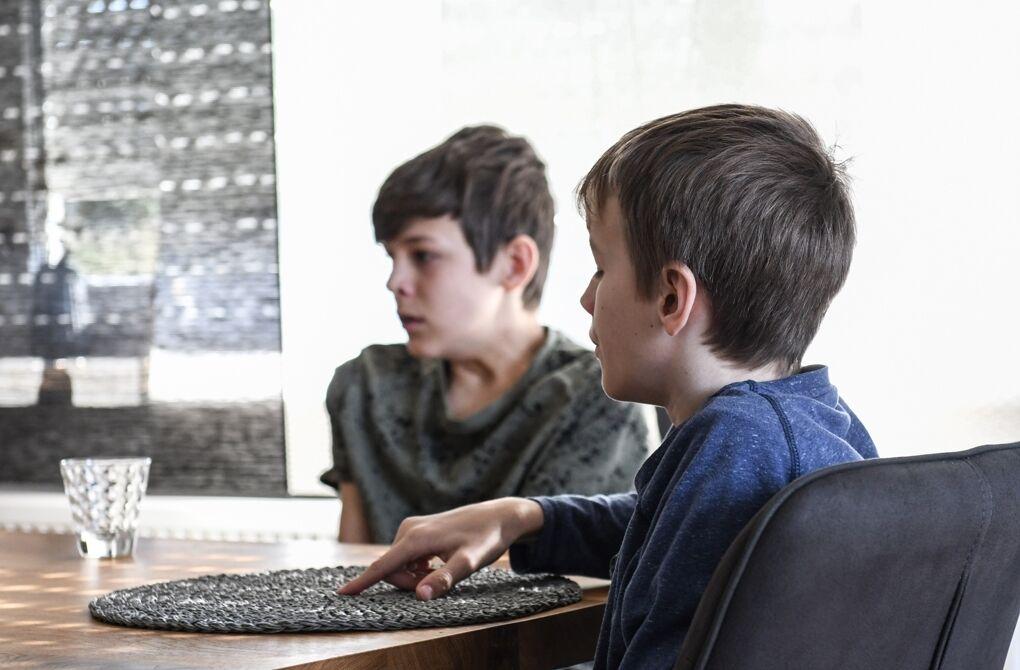 Die Söhne Jan (links) und Felix sprechen in Lautsprache, wenn sie zu zweit sind.